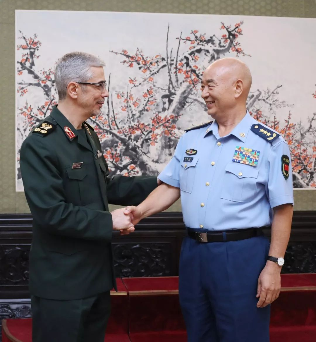 9月11日,中央军委副主席许其亮在八一大楼会见来访的伊朗武装力量总参谋长巴盖里。李晓伟摄