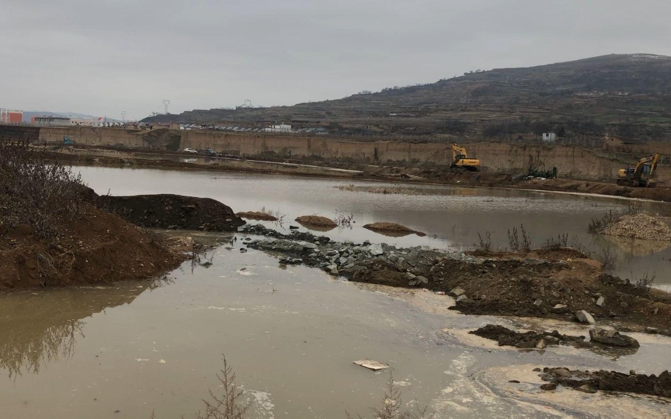 被污染的水体。新京报记者 马新斌 摄