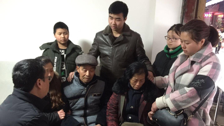 2月17日,相关部门负责人前往尹德洪家中慰问。来源:射洪发布