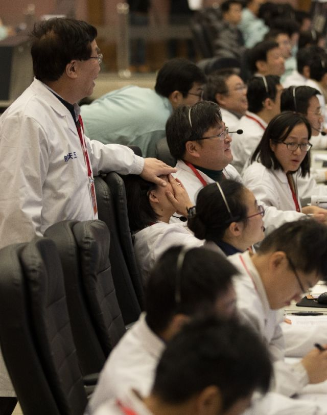 1月3日,在北京航天飞走限制中间,科研人员祝贺降完善功。新华社记者 金立旺 摄