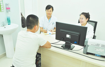 北京安定医院医生正在为一名青少年网瘾患者看病。许 悦摄