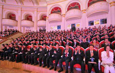中国文艺工作者代表团等观看演出(图片:朝中社)