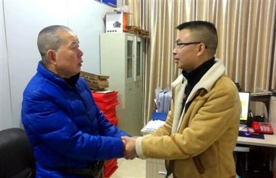 罗大爷(左)和郑师傅握手言和