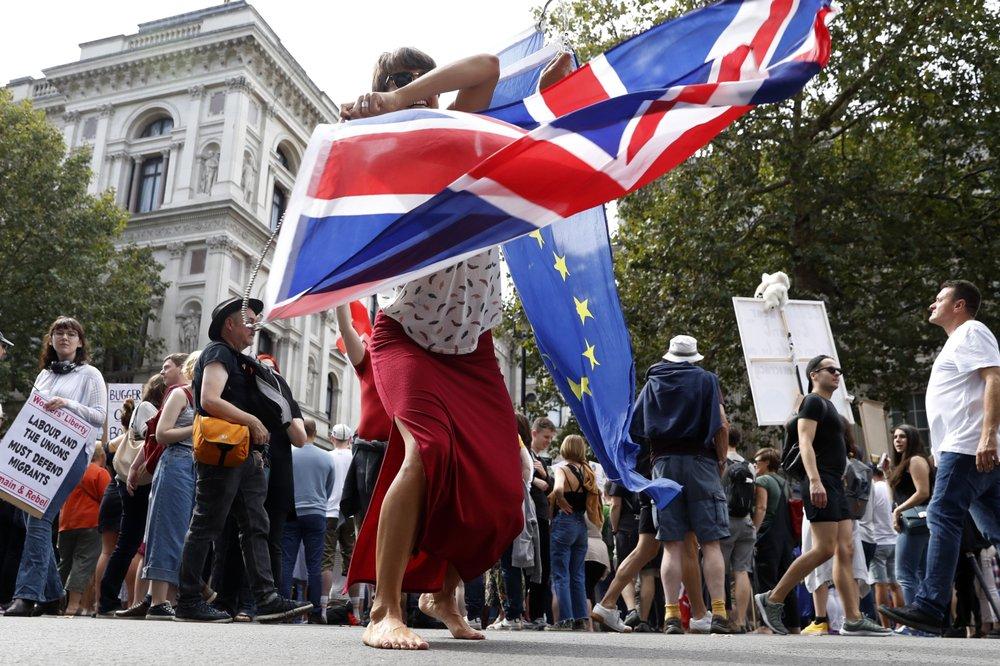 一名反脱欧人士挥舞欧盟和英国国旗。(图源:美联社)