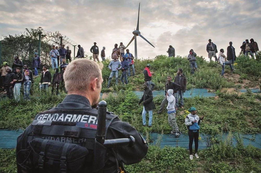 2015年7月30日,非法移民聚集在法国加莱的欧洲隧道终点站附近,试图偷渡英国。