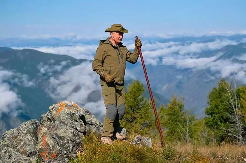 这张由俄罗斯官方发布的照片显示,普京在自己生日前夕在西伯利亚丛林中登山、徒步。10月7日是他67岁生日。新华社/美联