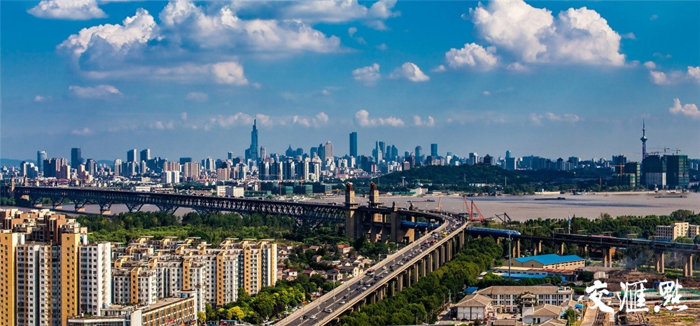 2016年8月13日拍摄于桥北鸟瞰长江大桥 胡德文 摄 视觉江苏网供图