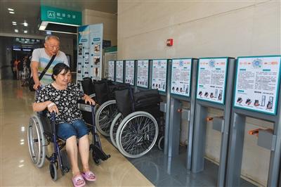 7月18日,武汉协和医院设置了20辆可以租用的共享轮椅。图/视觉中国