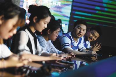 9月9日,在一场商业活动中,电竞手们与粉丝共同组队比赛。新京报记者 吴江 摄