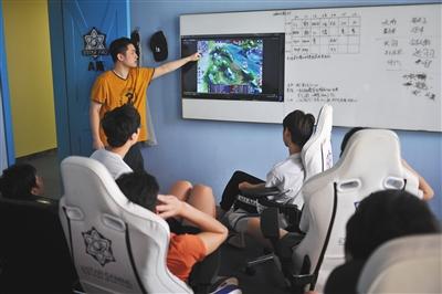 9月10日,estarpro俱乐部队员正在复盘前一天的比赛,这是每天上午的必修课。