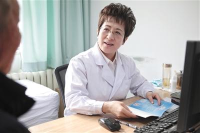 11月26日,中日友谊医院,皮肤科主任医师张晓艳在问诊病人。新京报记者 王嘉宁 摄