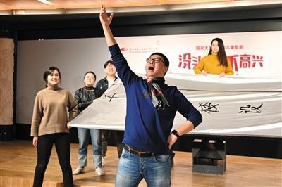 《没头脑和不高兴》主要演员在发布会现场表演剧中片段。摄影/高尚