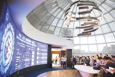 图为在负责上海国际贸易单一窗口技术开发的亿通公司本部大楼,做事人员介绍中国(上海)国际贸易单一窗口的相关情况。  新华社记者 金立旺摄