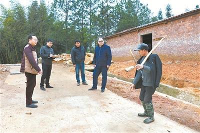 抚州市纪委监委办案人员在罗塘村进行回访。邓宇军 摄