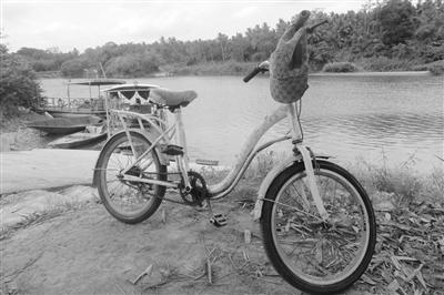 孩子溺亡前骑来的单车还留在岸边