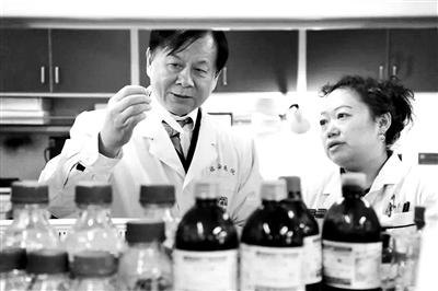 吳昊傳授(左)取團隊成員正在嘗試中 供圖/都城醫科年夜教從屬北京佑安病院