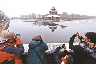护城河边的角楼很受摄影者欢迎