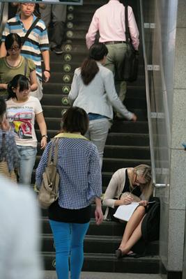 2013年9月16日早上,北京地铁4号线因故障停运。这是地铁站内的乘客。