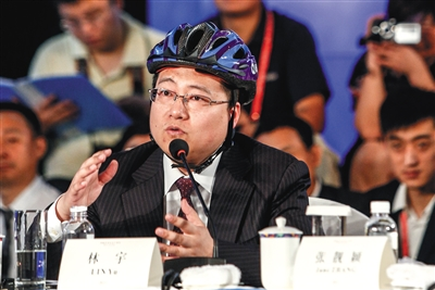 网秦创始人林宇经常头戴安全帽出席会议。资料图片/视觉中国