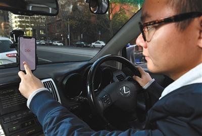 2018年6月,滴滴正式在澳大利亚墨尔本推出快车业务。中国滴滴司机陆健(音译)正在打开手机上的滴滴软件。图/视觉中国