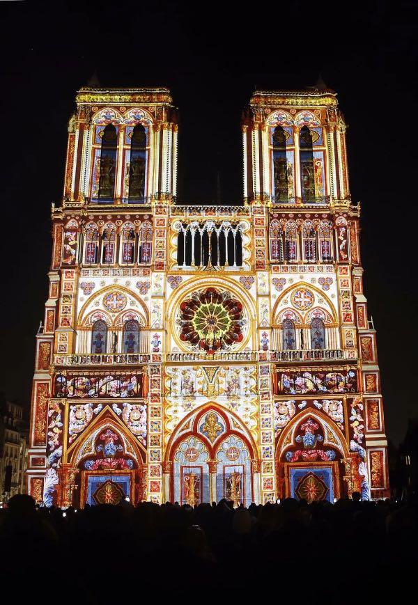 """巴黎圣母院为纪念第一次世界大战100周年举办的名为""""圣母之心""""(Dame de Coeur)的灯光秀"""