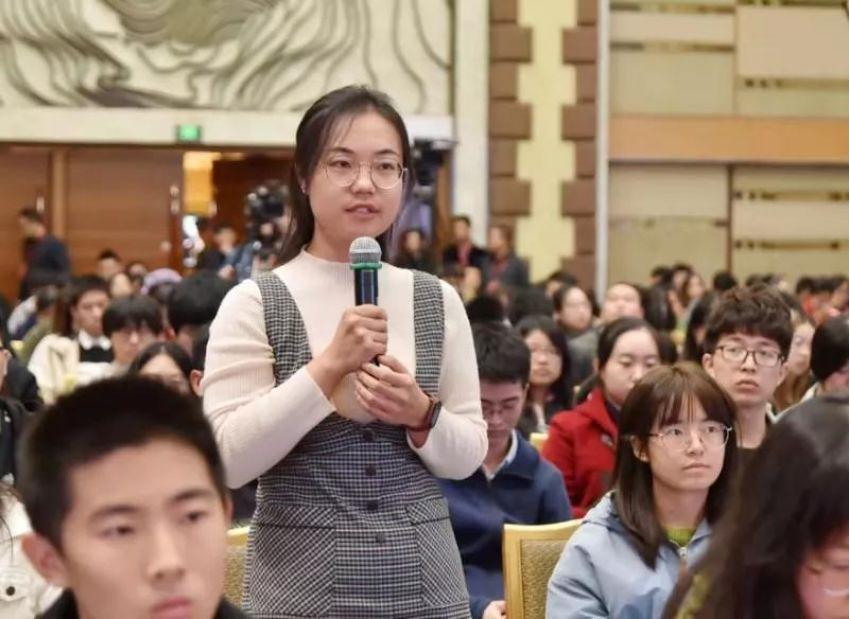 (图:在张军讲课现场,先后有五位北京大学的法学本科、硕士、博士生提问。)