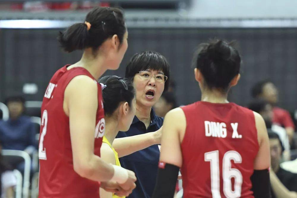 ↑9月29日,中国队主教练郎平(中)在比赛间隙指挥。新华社记者贺灿铃摄