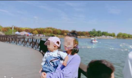 王先生二姐和王先生的小孩的合影