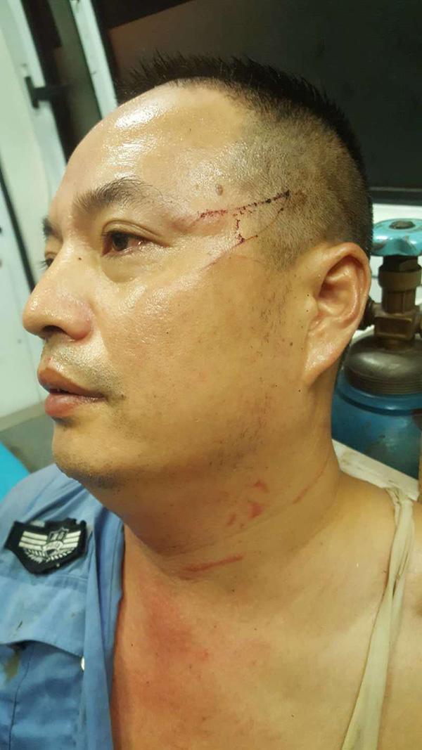"""45岁警察主动当人质受26处伤 入选2018年度""""感动中国""""候选人"""
