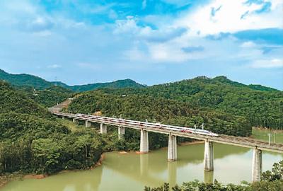 图为2018年9月23日,一列从香港西九龙站出发的港铁动感号从深圳高峰水库特大桥上驶过。当日,广深港高铁全线正式开通运营,内地与香港两地高铁实现互联互通。本报记者 史家民摄