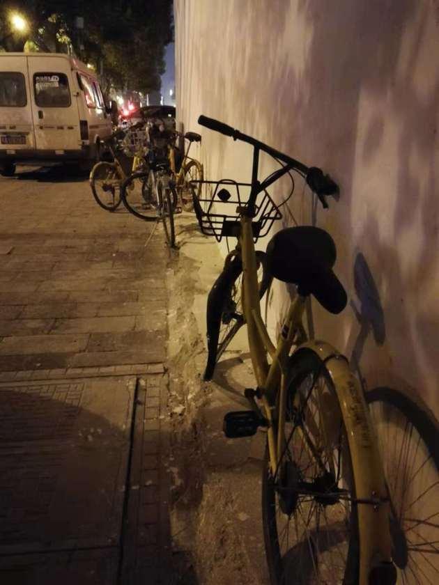 武汉市武昌区洪山广场A2口地铁口附近,民主路上损坏的小黄车 图片来源:每日经济新闻