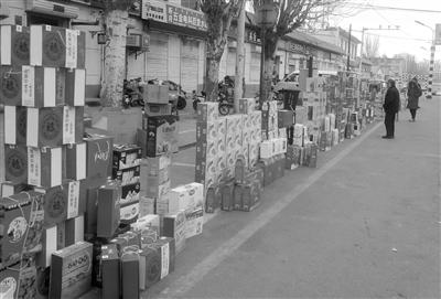 2月7日,内蒙古巴彦淖尔市临河区双河镇先锋桥北,披着华丽外衣的山寨牛奶,混在各种高档礼盒中。记者 王靖 摄