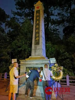 """""""9.18""""前夜 他们把被污损香港抗日纪念碑清洗干净"""