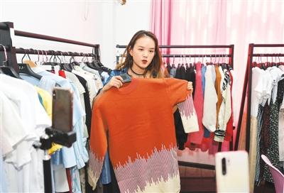 图为在义乌市北下朱村的一家服装店内,网红主播正在直播。龚献明摄(人民视觉