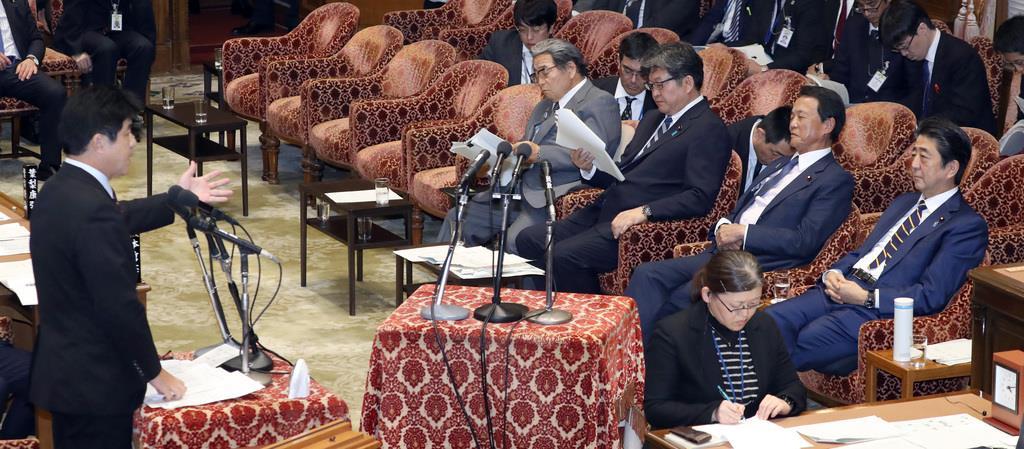 左:今井雅人,右一:安倍晉三(圖片來源:共同社)