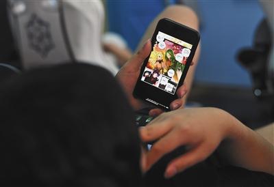 9月10日,训练间隙,职业电竞手偷偷瞄一眼手机里的动漫。