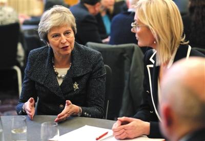 当地时间11月27日,英国贝尔法斯特,英国首相特雷莎·梅访问贝尔法斯特女王大学。本周特雷莎·梅开始了在全国范围内的巡回访问,以争取各方对有争议的英国脱欧协议的支持。图/视觉中国