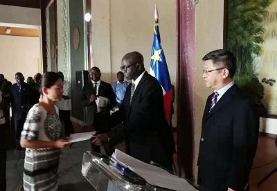 中非国民议会议长洛朗•恩贡向遇害中国公民家属代表移交善款。(图片来源:中国驻中非大使馆网站)