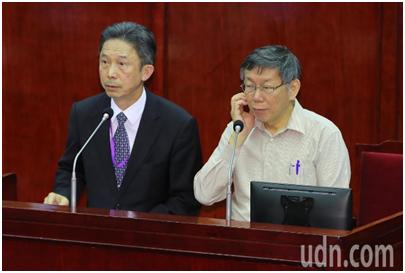 柯文哲(右)与周台竹(左)参加台北市议会(图片来源:台媒)