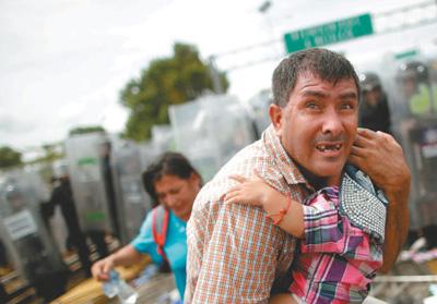 11月中旬,数千名中美洲国家民多荟萃美墨边境,期待议定相符法登记进入美国,遭到不准。图为别名父亲在珍惜他的孩子。   人民视觉