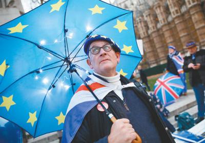 """12月10日,英国伦敦,指斥""""脱欧""""制定的民多在议会大厦外示威。   新华社发"""