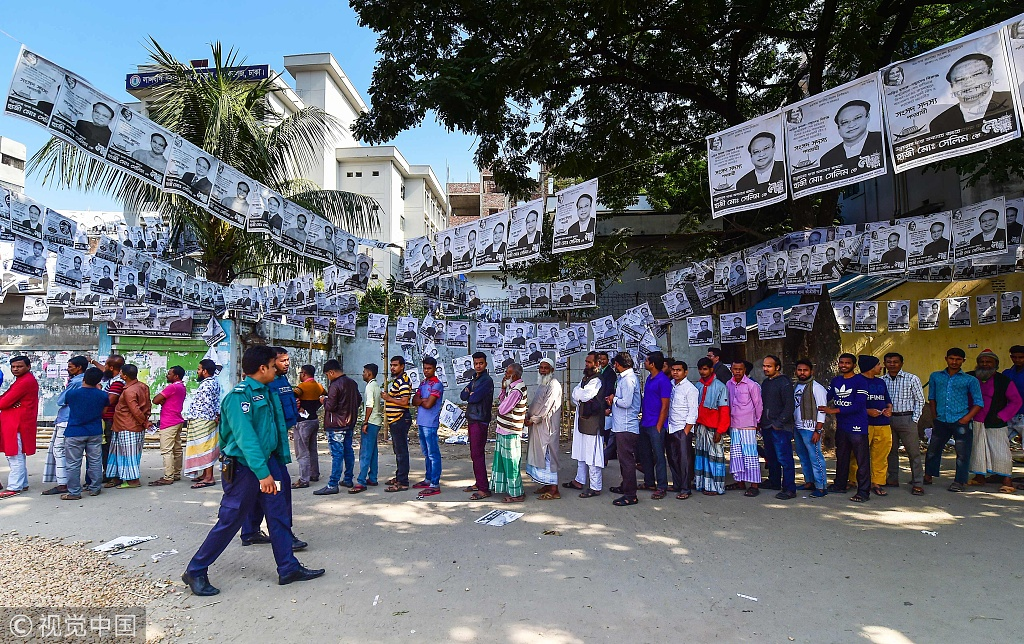 12月30日,孟添拉首都达卡街头,人们正在列队等投票(图片来源:视觉中国)