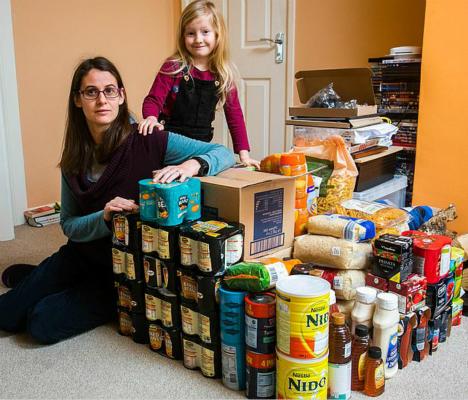 图为内文·曼和女儿,以及家中囤积的补给物。(图:《每日邮报》)