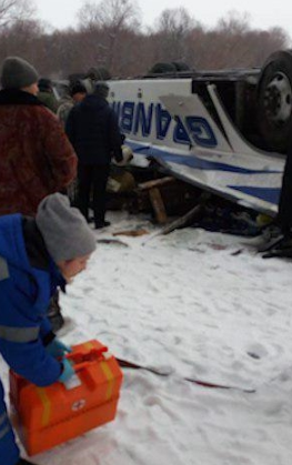 【蜗牛棋牌】俄罗斯大巴从6米高桥上坠河 19死21伤(图)