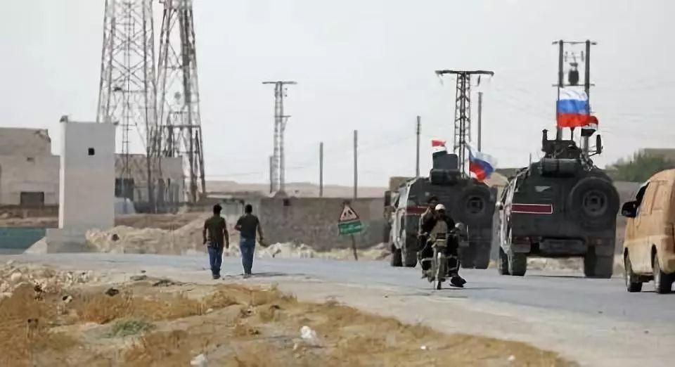 俄军在叙利亚阿勒颇省东部曼比奇市巡逻 图自路透社