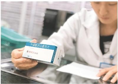 广东省人民医院药师遵照医嘱核对抗癌药物。   新华社发