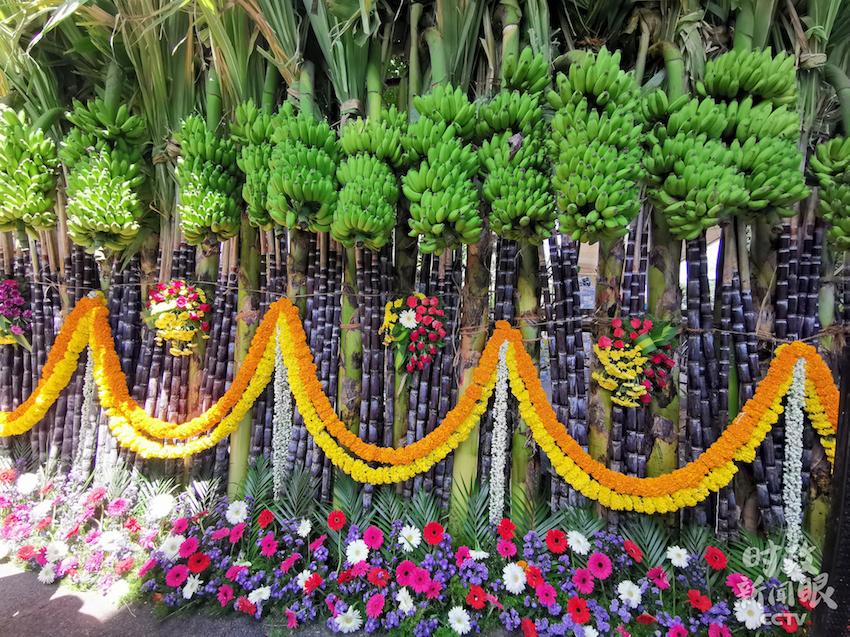 △当地人用新鲜的甘蔗、香蕉、鲜花等作为装饰元素,香气袭人,色彩斑斓。(央视记者张宇拍摄)