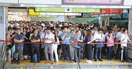 9日,乘客们正在等待受15号台风影响停运的山手线再开(《朝日新闻》)