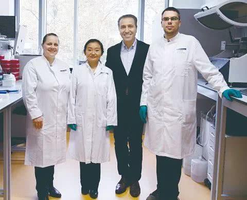 MammaScreen项目组成员,从左至右分别为:博士后Dr。 Ruth Merkle、杨蓉西、 哈米德·艾明格、博士后Dr。 Patrick R。 Merz。图片来源:entermedia.de