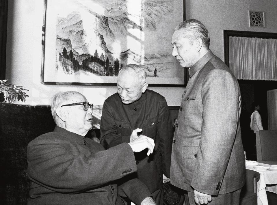 1978年,叶剑英(左)和习仲勋(右)等在人民大会堂。